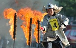 [Ảnh] Cảnh sát PCCC&CHCN Hà Nội trèo tường, vượt rào, dập lửa cứu người trong cái nắng nóng trên 40 độ C