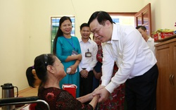 Bí thư Vương Đình Huệ thăm, tặng quà thương binh, thân nhân liệt sĩ và người có công