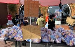 Tình người trong lúc khó khăn vì Covid-19 ở Đà Nẵng: Phát mì tôm dọc đường cho sinh viên, đưa nước miễn phí vào bệnh viện C