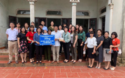 Ngành Giáo dục Hà Nội trao tặng quà cho hai giáo viên có hoàn cảnh đặc biệt khó khăn