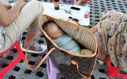 Lắc đầu ngán ngẩm khi chứng kiến cặp vợ chồng đưa con ra ngoài chơi bằng...túi xách