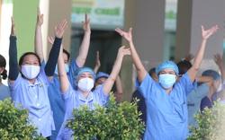 """Xúc động giây phút y bác sĩ """"vỡ òa hạnh phúc"""" khi bệnh viện dỡ lệnh phong tỏa"""