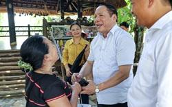 Thứ trưởng Bộ VHTTDL Nguyễn Văn Hùng thăm hỏi, động viên đồng bào tại Làng Văn hóa, Du lịch các dân tộc Việt Nam