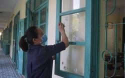 Thầy, cô ở Đà Nẵng dọn dẹp trường lớp, chuẩn bị đón học sinh trở lại trường