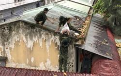 """Ảnh: """"Lính áo xanh"""" giúp dân, trường học phòng chống bão số 5"""