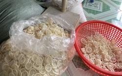 Tái chế hàng trăm kilogram bao cao su đã qua sử dụng tại nhà trọ