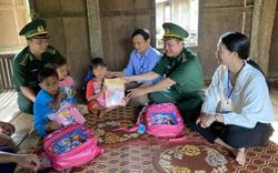 Bộ đội biên phòng đến bản tặng sách, vận động học sinh nghèo đến trường