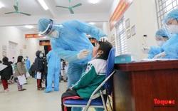 Gấp rút lấy mẫu xét nghiệm COVID-19 cho 1500 học sinh tiểu học Xuân Phương