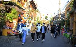 """Du khách tuân thủ đeo khẩu trang """"check-in"""" phố cổ Hội An"""