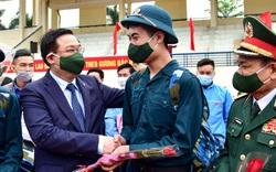 Bí thư Hà Nội Vương Đình Huệ động viên các tân binh  tại huyện Đông Anh