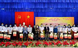 Bà Trương Thị Mai trao quà Tết tặng nhân viên y tế chống dịch COVID-19 tại Lâm Đồng