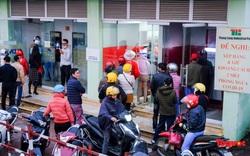 Hà Nội: Công nhân đội mưa hàng giờ chờ rút tiền về quê ăn Tết
