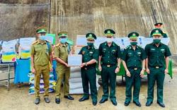 Tặng lương thực và vật tư y tế cho lực lượng vũ trang Lào