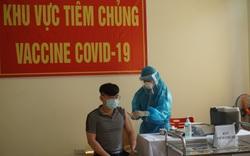Hình ảnh những y bác sĩ đầu tiên ở Đà Nẵng tiêm vắc xin Covid-19