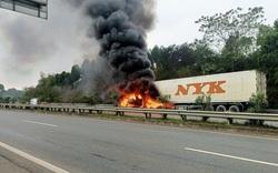 Xe đầu kéo bất ngờ bốc cháy trên cao tốc Hà Nội – Lào Cai