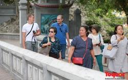 Nghiên cứu thông tin báo nêu về việc mở cửa đón du khách quốc tế
