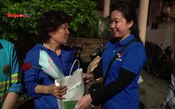 Ấm áp những món quà trong đêm dành tặng nữ công nhân vệ sinh