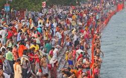 Người dân Ấn Độ tụ tập bên bờ sông Hằng bất chấp dịch bệnh Covid-19