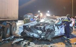 """""""Xế hộp"""" nát bét sau tai nạn trên cầu Quán Hàu"""