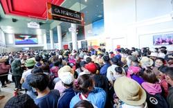 Chớm mùa du lịch, hàng nghìn du khách chen chân leo đỉnh Fansipan