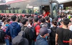 Người dân ùn ùn rời Hà Nội, sân bay chật kín người