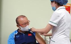 HLV Park Hang-seo cùng Ban huấn luyện Đội tuyển Việt Nam tiêm vắc xin Covid-19