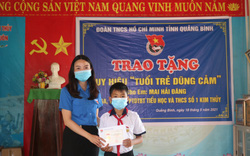 """Trao tặng huy hiệu """"Tuổi trẻ dũng cảm"""" cho học sinh cứu người gặp nạn"""