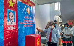 Cử tri miền Trung phấn khởi tham gia bầu cử trong điều kiện đảm bảo phòng chống dịch COVID-19