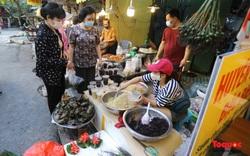 Người Hà Nội đi chợ sớm sắm Tết Đoan Ngọ