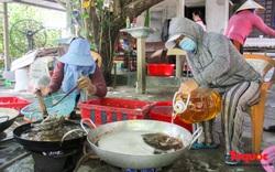 Canh bếp lửa giữa trưa hè, người dân miền Trung chế biến hàng tấn cá gửi tặng TP HCM