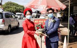 Lễ cưới đặc biệt diễn ra ngay tại chốt kiểm soát dịch Covid-19