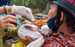 Bé trai sơ sinh còn nguyên dây rốn bị bỏ rơi bên cạnh thùng rác