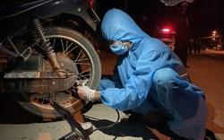 Sinh viên thức xuyên đêm sửa xe giúp người dân về quê tránh dịch