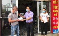 Nhiều người dân Hà Nội xúc động khi nhận tiền hỗ trợ ngay trong những ngày giãn cách xã hội