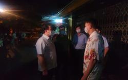 Nhiều quán hàng vội vã kéo cửa sắt che cho khách đang ăn uống bên trong khi Phó Chủ tịch Hà Nội bất ngờ kiểm tra trong đêm