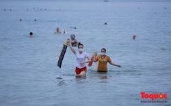 Người dân Đà Nẵng được tắm biển trở lại theo giờ; Quảng Trị truy vết xe chở khách trở về từ TP. HCM