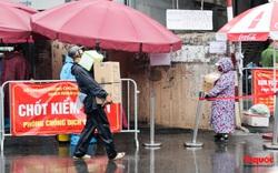 Phường Chương Dương cách ly thêm 14 ngày, người dân đội mưa tiếp tế nhu yêu phẩm