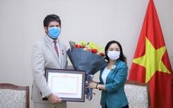 Trao tặng Kỷ niệm chương Vì sự nghiệp Văn hóa, Thể thao và Du lịch cho Trưởng Đại diện Văn phòng UNESCO tại Việt Nam