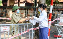 Hà Nội: Cách ly y tế 2 phường Văn Miếu, Văn Chương, người dân xếp hàng tiếp tế