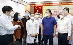 Chủ tịch Quốc hội xúc động khi tiễn các y bác sĩ, chiến sĩ quên sức khỏe, gác lại gia đình để lên đường chống dịch