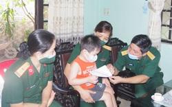 Thăm, tặng quà cho con các liệt sỹ hy sinh ở Thủy điện Rào Trăng 3 trước năm học mới