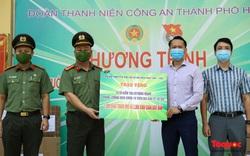 Hàng ngàn khẩu trang, kính chống giọt bắn được trao tặng cho tổ 141 đặc biệt CATP Hà Nội