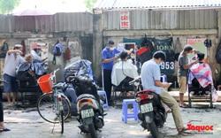 Hà Nội: Cửa hàng cắt tóc mở cửa trở lại, người dân xếp hàng