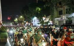 Hàng nghìn người dân Hà Nội ra đường vui Trung thu bất chấp dịch bệnh: Quá nguy hiểm và phản cảm