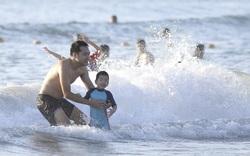 Người dân quét mã QRCode đi tắm biển từ sáng sớm