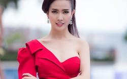 Phan Thị Mơ đầy quyến rũ khi thị phạm cho thí sinh trong cuộc thi người đẹp
