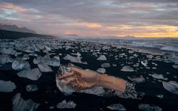 Chạy đua với thời gian: Chàng trai 6 múi vẽ tranh trên băng trôi Bắc cực