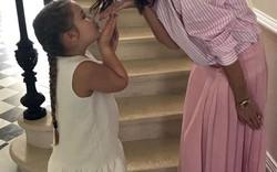 Vợ và con gái Beckham diện đồ đôi… siêu đáng yêu