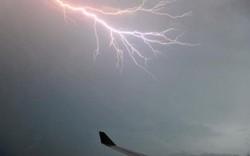 Số phận bất ngờ máy bay bị sét đánh thủng gần 50 lỗ