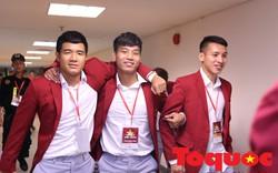 """Hùng Dũng đi """"cà nhắc"""", được đồng đội Olympic Việt Nam đỡ ra dự Lễ vinh danh"""